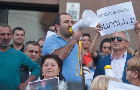 Премьер Армении считает требование отставок всех чиновников неверным