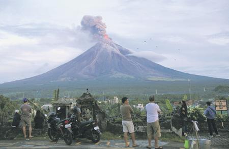 Тысячи людей эвакуированы наФилиппинах из-за извержения вулкана