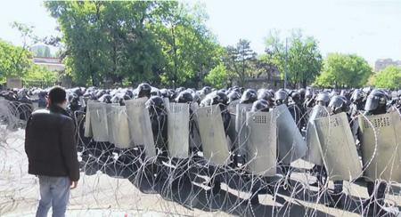 Милиция пришла впалаточный лагерь вЕреване навстречу сдепутатом Пашиняном