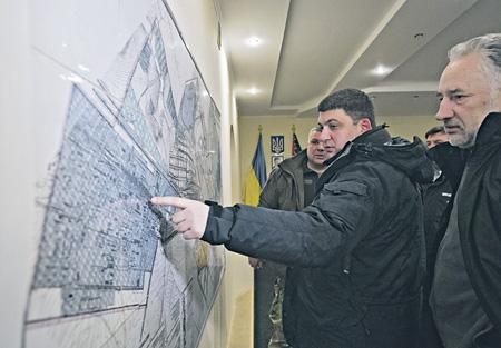 Спикер Верховной рады Владимир Гройсман прибыл в Авдеевку и проследил, как оказывается помощь местным жителям. Фото Reuters