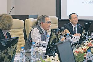 Профессор Карлос Дуарте Корреа (State University of Campinas, Бразилия) ипрофессор Кифенг Чжоу (Peking University, Китай) стали активными участниками круглого стола.