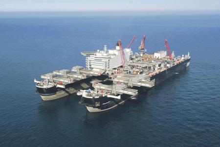 Маневры строительного судна Pioneering Spirit привлекают к себе повышенное внимание.Фото с сайта www.gazprom.ru