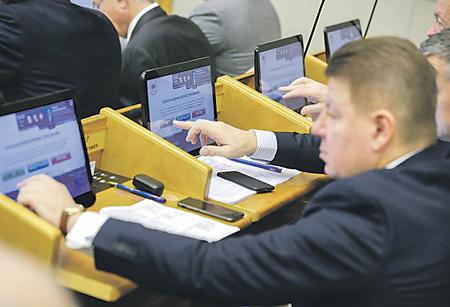Конституционное собрание созывается по итогам дружного голосования 270 депутатов за основополагающие поправки к Основному закону.Фото с сайта www.duma.gov.ru