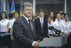 Президент Порошенко в Мариуполе посоветовал жителям города сравнить свою жизнь с тем, как живет население Донецка. Фото с сайта www.president.gov.ua