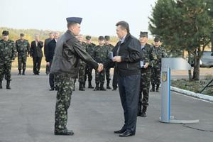 Виктор Янукович (справа) дает последние указания министру обороны по реформе армии. Фото с официального сайта президента Украины