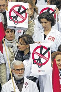 Испанские медики не дают правительству расслабиться.Фото Reuters
