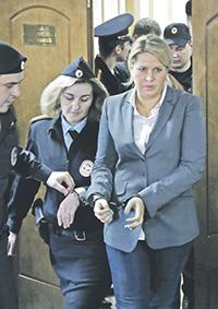 Евгения Васильева явно не ждала, что наручники защелкнутся на ее запястьях. Фото Reuters