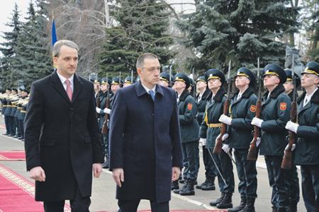Почетный караул в Кишиневе приветствовал двух министров обороны: Румынии – Михая Фифора и Молдавии – Евгения Стурзу. Фото с сайта www.army.md