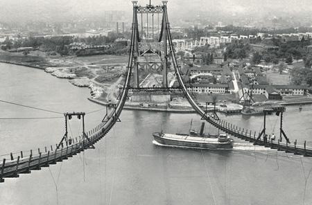 Фото THE NEW YORK TIMESСтроительство моста Трайборо в Нью-Йорке в 1935 году.