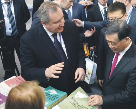 Вице-премьер Дмитрий Рогозин убеждает своего китайского коллегу Ван Яна, что российский маршрут через Арктику самый надежный. Фото РИА Новости