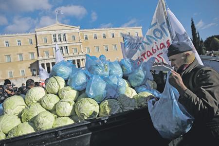 Бесплатная раздача капусты во Франции. Фото Reuters