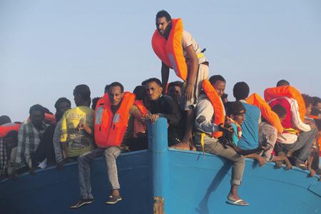 На мир посмотреть иль себя наказать? Фото Reuters