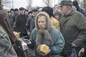 Голодные люди поддерживают тех, кто дает им кусок хлеба. Фото Reuters