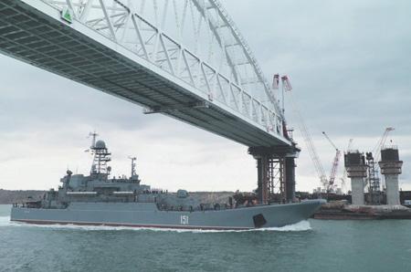 Под Крымским мостом могут пройти даже большие десантные корабли Черноморского флота. Фото с сайта www.most.life