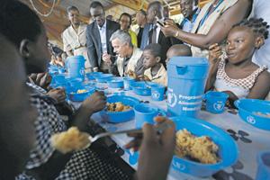 Вечная забота у человечества: сделать так, чтобы всем нашлось место за накрытым столом. Фото Reuters