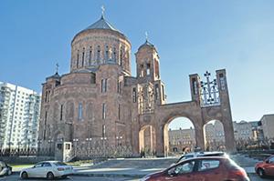 Кафедральный собор Преображения Господня в Москве и резиденция патриаршего экзарха.Фото Льва Исраеляна
