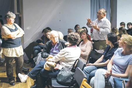 Диалог зрителей с режиссером. В кадре – публика и эксперты: Елена Груева (стоит слева), Видмантас Силюнас (анфас в первом ряду).  Фото предоставлено театром на Таганке