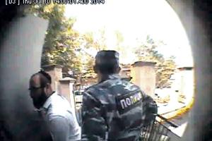 Раввины из Москвы посетили синагогу в Симферополе в сопровождении охранников и полицейских.Кадры из видеозаписи камеры наружного наблюдения синагоги «Нер-Томид»