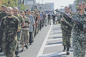 В Донецке украинских военнопленных провели по центру города, за ними шли поливальные машины.Фото Reuters