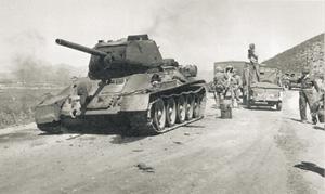 Корейская война (1950–1953) была непрямым столкновением СССР и США.Северокорейский танк Т-34 советского производства, подбитый войсками США, которые действовали под флагом ООН. Фото 1950 года