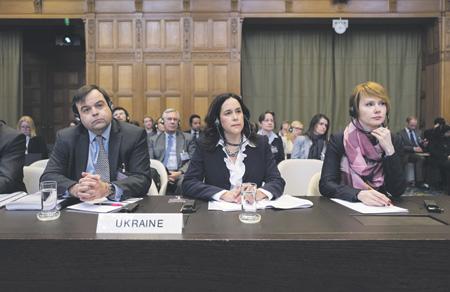 Заместитель главы МИД Украины Елена Зеркаль (справа) сочла первое решение суда позитивным. Фото с сайта www.icj-cij.org