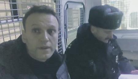 Алексею Навальному сразу же зачитали статью КоАП, по которой он, видимо, получит 30 суток ареста.Кадр из видео YouTube