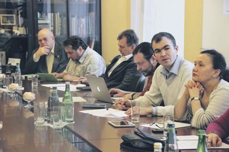 Зампред Совета по правам человека Евгений Бобров (второй справа) настаивает, что коммерциализацию сферы миграционных услуг пора прекратить.Фото с сайта www.president-sovet.ru