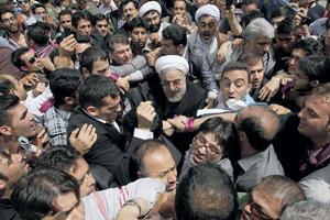 Популярности нового президента не мешает его тюрбан богослова.Фото Reuters