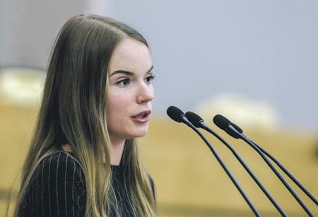 Видеоблогер Саша Спилберг сообщила депутатам Госдумы, что ее подписчики – это те же избиратели.Фото с сайта www.duma.gov.ru