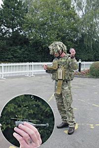 Миниатюрный дрон запускается с руки и управляется с планшета на груди у солдата.  Фото автора