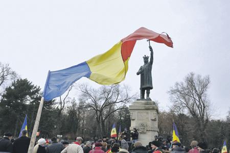 В Национальный день Румынии 1 декабря в Кишиневе был вывешен огромный румынский триколор.Фото с сайта www.tribuna.md