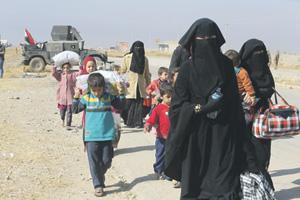 Беженцы направляются в лагеря для перемещенных лиц к востоку от Мосула.Фото Reuters