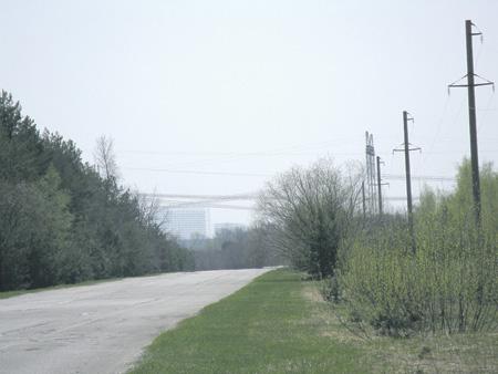 Вдали слева – антенна дальних слежений «Чернобыль-2».