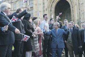 Найджел Фарадж, бывший лидер Партии независимости Соединенного Королевства и главный сторонник брекзита, празднует победу после референдума.