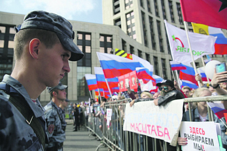 Участники согласованного митинга за претендентов  вМосгордуму собираются вцентре столицы